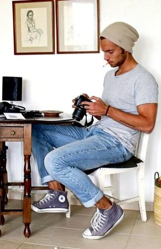 Comment porter: t-shirt à col rond gris, jean bleu clair, baskets montantes violettes, bonnet beige