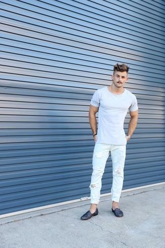 Comment porter: t-shirt à col rond gris, jean déchiré bleu clair, slippers en cuir bleu marine, bracelet argenté