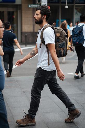 Comment porter: t-shirt à col rond gris, jean gris foncé, bottes de travail en cuir marron, sac à dos en toile olive