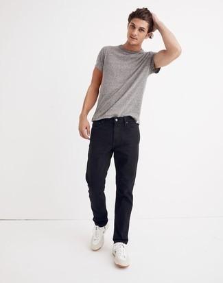 Comment porter un t-shirt à col rond gris: Harmonise un t-shirt à col rond gris avec un jean noir pour une tenue idéale le week-end. Cet ensemble est parfait avec une paire de baskets basses en toile blanc et vert.