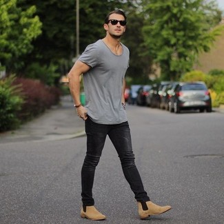 Comment porter des bottines chelsea en daim marron clair avec un jean noir quand il fait très chaud: Harmonise un t-shirt à col rond gris avec un jean noir pour un look confortable et décontracté. D'une humeur audacieuse? Complète ta tenue avec une paire de bottines chelsea en daim marron clair.