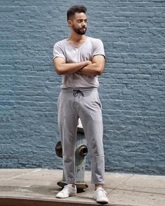 Comment porter un t-shirt à col rond gris: Pense à associer un t-shirt à col rond gris avec un pantalon chino à rayures verticales gris pour obtenir un look relax mais stylé. Cette tenue se complète parfaitement avec une paire de des baskets basses en toile blanches.