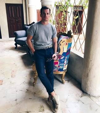 Comment porter: t-shirt à col rond en tricot gris, pantalon chino bleu marine, baskets basses beiges, ceinture en cuir beige