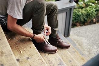 Comment porter: t-shirt à col rond gris, pantalon chino olive, bottes de loisirs en cuir marron, chaussettes olive