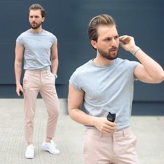 Comment porter: t-shirt à col rond gris, pantalon chino rose, baskets basses blanches