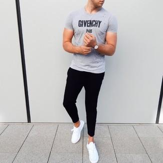 Comment porter: t-shirt à col rond imprimé gris, pantalon de jogging noir, chaussures de sport blanches, montre argentée