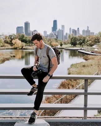 Comment porter: t-shirt à col rond gris, pantalon de jogging noir, chaussures de sport multicolores, sac à dos en cuir marron foncé