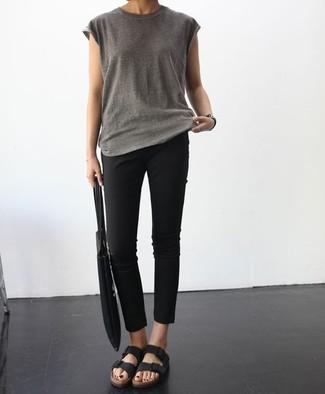 Comment porter: t-shirt à col rond gris, pantalon slim noir, sandales plates en cuir noires, sac fourre-tout en toile noir