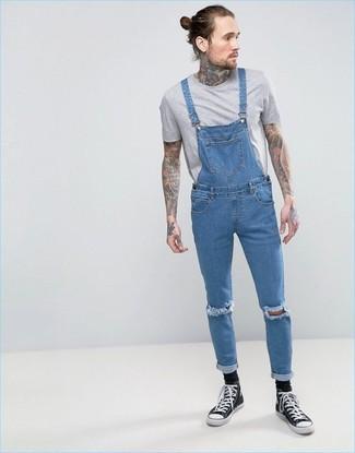 Comment porter: t-shirt à col rond gris, salopette en denim bleue, baskets montantes en toile noires et blanches, chaussettes noires