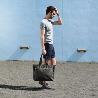 Comment porter: t-shirt à col rond gris, short bleu marine, baskets montantes grises, sac fourre-tout en toile olive