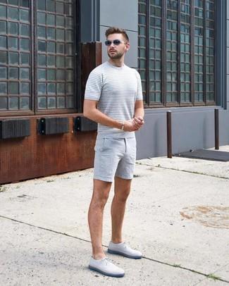Comment porter un short gris: Pour une tenue aussi confortable que ton canapé, pense à associer un t-shirt à col rond en tricot gris avec un short gris. Une paire de des chaussures derby en cuir blanches rendra élégant même le plus décontracté des looks.