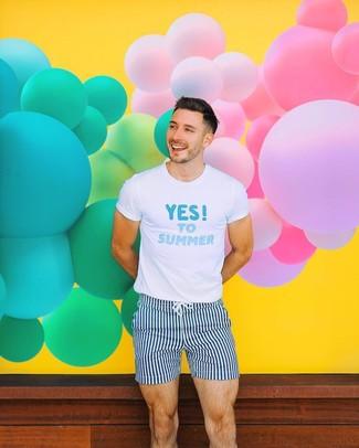 Comment porter: t-shirt à col rond imprimé blanc et bleu, short de bain à rayures verticales bleu marine et blanc