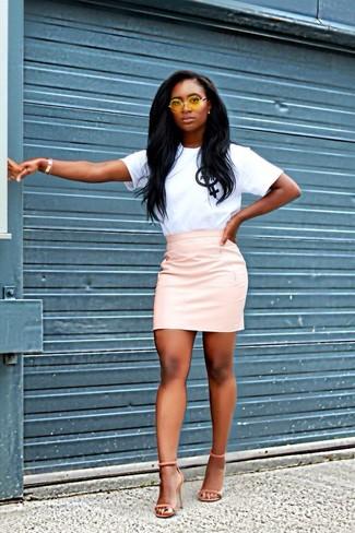 Comment porter: t-shirt à col rond imprimé blanc et noir, minijupe en cuir rose, sandales à talons en daim orange