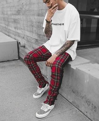 Comment porter: t-shirt à col rond imprimé blanc et noir, pantalon de jogging écossais rouge, baskets basses blanches et noires