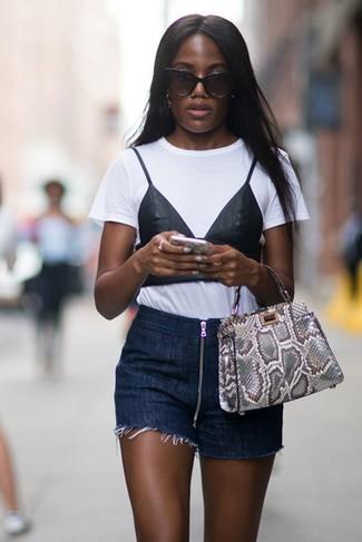 Comment porter: t-shirt à col rond imprimé blanc et noir, short en denim bleu marine, sac fourre-tout en cuir imprimé serpent gris