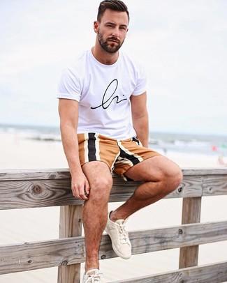 Comment porter: t-shirt à col rond imprimé blanc et noir, short multicolore, baskets basses en toile beiges