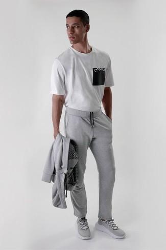 Comment porter un survêtement: Pense à opter pour un survêtement et un t-shirt à col rond imprimé blanc et noir pour un look idéal le week-end. Une paire de des chaussures de sport grises s'intégrera de manière fluide à une grande variété de tenues.