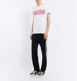 Comment porter: t-shirt à col rond imprimé blanc et rouge, pantalon de jogging à rayures verticales noir et blanc, chaussures de sport grises