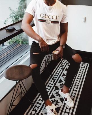 Comment porter: t-shirt à col rond imprimé blanc, jean skinny déchiré noir, baskets basses en cuir imprimées blanches