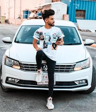 Comment porter: t-shirt à col rond imprimé blanc, jean skinny noir, chaussures de sport blanches