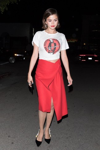 Comment porter: t-shirt à col rond imprimé blanc, jupe mi-longue fendue rouge, escarpins en daim noirs