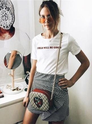 Comment porter: t-shirt à col rond imprimé blanc, minijupe à carreaux noire et blanche, sac bandoulière en toile imprimé beige