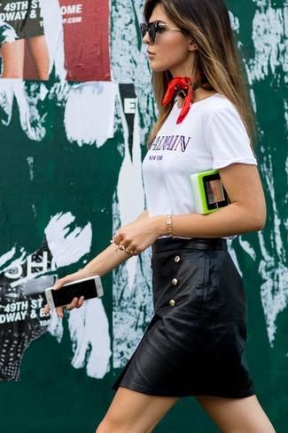 Comment porter: t-shirt à col rond imprimé blanc, minijupe en cuir noire, bandana rouge