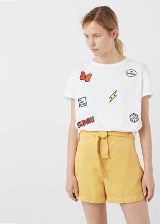 Comment porter: t-shirt à col rond imprimé blanc, short jaune