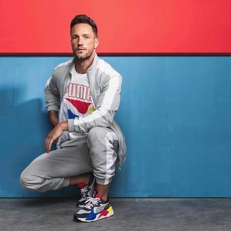 Comment porter: t-shirt à col rond imprimé blanc, survêtement gris, chaussures de sport multicolores