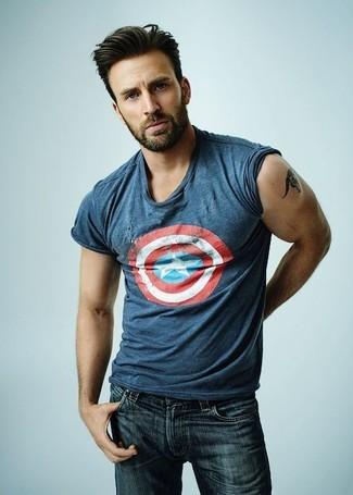 Comment porter: t-shirt à col rond imprimé bleu, jean skinny bleu marine