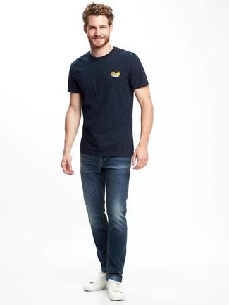 Comment porter: t-shirt à col rond imprimé bleu marine, jean bleu marine, baskets basses en cuir blanches