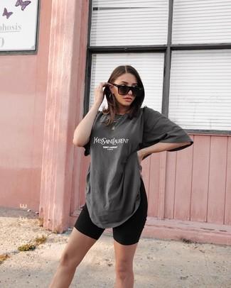 Comment porter un t-shirt à col rond imprimé gris foncé: Pour créer une tenue idéale pour un déjeuner entre amis le week-end, harmonise un t-shirt à col rond imprimé gris foncé avec un short cycliste noir.