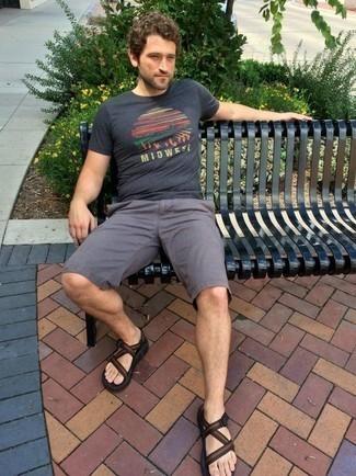 Comment porter des sandales: Associe un t-shirt à col rond imprimé gris foncé avec un short gris pour une tenue relax mais stylée. D'une humeur créatrice? Assortis ta tenue avec une paire de des sandales.