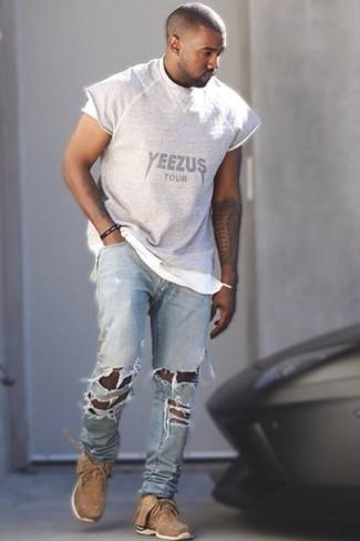 Tenue de Kanye West: T-shirt à col rond imprimé gris, Jean déchiré bleu clair, Chaussures de sport marron clair