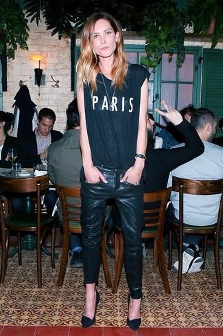 Comment porter: t-shirt à col rond imprimé noir et blanc, jean skinny en cuir noir, escarpins en daim noirs
