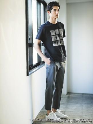 Comment porter: t-shirt à col rond imprimé noir et blanc, pantalon chino gris, baskets basses en cuir blanches