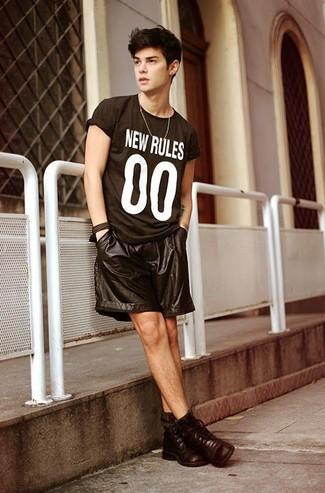 Comment porter: t-shirt à col rond imprimé noir et blanc, short en cuir noir, bottes de loisirs en cuir marron foncé