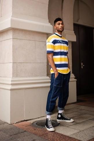 Comment porter: t-shirt à col rond à rayures horizontales jaune, jean bleu marine, baskets montantes en toile noires et blanches, chaussettes blanches