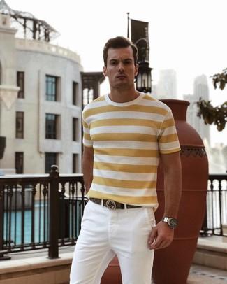 Comment porter: t-shirt à col rond à rayures horizontales jaune, pantalon chino blanc, ceinture en cuir marron, montre argentée