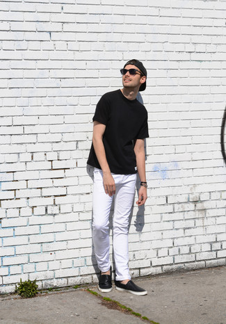 Comment porter: t-shirt à col rond noir, jean blanc, baskets à enfiler en cuir noires, casquette de base-ball gris foncé