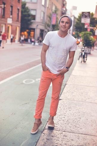 Comment porter: t-shirt à col rond blanc, jean orange, baskets basses en daim marron clair, bonnet gris