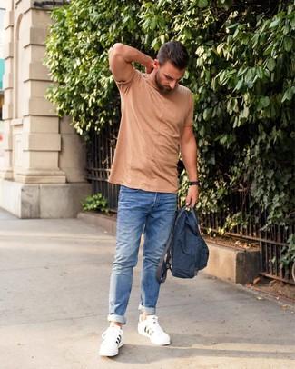 Comment porter: t-shirt à col rond marron clair, jean bleu, baskets basses en cuir blanches, sac à dos en toile bleu marine