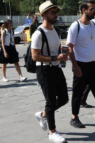Comment porter des chaussettes invisibles blanches: Marie un t-shirt à col rond blanc avec des chaussettes invisibles blanches pour un look confortable et décontracté. D'une humeur audacieuse? Complète ta tenue avec une paire de des baskets basses en cuir blanches.