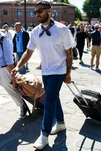 Comment porter un bandana: Essaie de marier un t-shirt à col rond blanc avec un bandana pour un look confortable et décontracté. Apportez une touche d'élégance à votre tenue avec une paire de des baskets basses en cuir blanches.