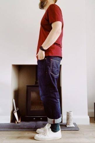 Comment porter un t-shirt à col rond rouge: Pour une tenue de tous les jours pleine de caractère et de personnalité opte pour un t-shirt à col rond rouge avec un jean bleu marine. Une paire de des baskets basses en toile blanches est une option avisé pour complèter cette tenue.