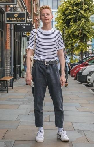 Tendances mode hommes: Pense à porter un t-shirt à col rond à rayures horizontales blanc et bleu marine et un jean gris foncé pour un look confortable et décontracté. Une paire de des baskets basses en cuir blanches et noires s'intégrera de manière fluide à une grande variété de tenues.