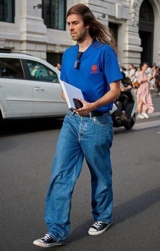 Comment porter des baskets basses en toile noires et blanches quand il fait très chaud: Pour créer une tenue idéale pour un déjeuner entre amis le week-end, porte un t-shirt à col rond bleu et un jean bleu. Une paire de des baskets basses en toile noires et blanches est une option parfait pour complèter cette tenue.