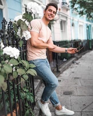Tendances mode hommes: Pour une tenue de tous les jours pleine de caractère et de personnalité associe un t-shirt à col rond rose avec un jean bleu clair. Une paire de des baskets basses en toile blanches est une option judicieux pour complèter cette tenue.