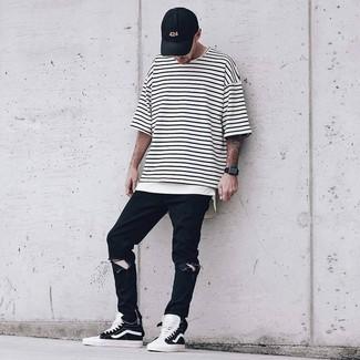 Comment porter: t-shirt à col rond à rayures horizontales blanc et noir, jean déchiré noir, baskets montantes noires et blanches, casquette de base-ball noire