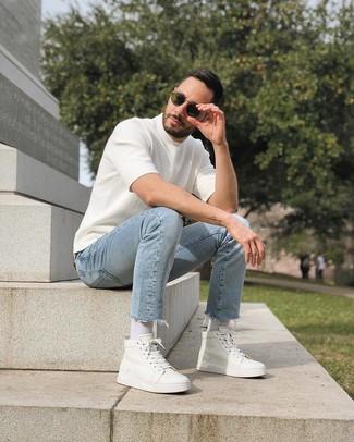 Comment porter: t-shirt à col rond en tricot blanc, jean bleu clair, baskets montantes en cuir blanches, lunettes de soleil olive